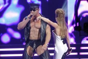 Mariusz Pudzianowski śpiewa i tańczy (foto:www.se.pl)