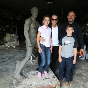 Jean Claude Van Damme przy swoim posągu