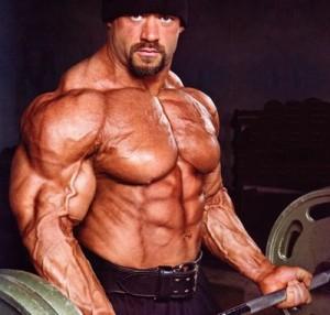Branch Warren trenujący bicepsy