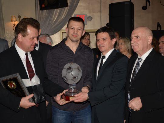 Od lewej sponsor roku Eugeniusz Kozak, Tomasz Adamek, Waldemar Fornalik i prezes ZPKP Zbigniew Żelazowski Foto DETNowy Dziennik