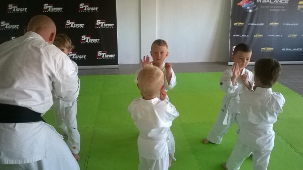 Egzaminy dla dzieci w Furo Karate prowadzone przez Jana Schneidera (4)