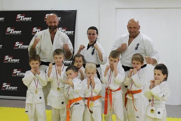 I Turniej Furo Karate w Andrespolu. Na zdjęciu sensei Robert Musierowicz, sempai Małgorzata Ubowska, sensei Kamil Bazelaka,Wiktor Klein,Adam Kominiak,