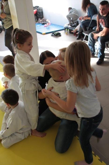 Zuzanna Wałoszek pociesza Janka Białego Furo Karate