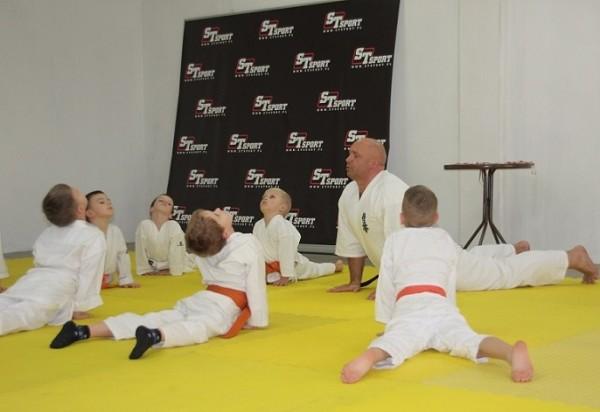 Sensei-Kamil-Bazelak-na-treningu-Furo-Karate-z-dziećmi (1)