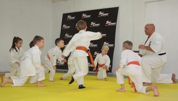 Sensei-Kamil-Bazelak-na-treningu-Furo-Karate-z-dziećmi-2